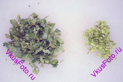 Петрушку разделить на листья и стебли. Стебли мелко нарезать, листья крупно порубить.
