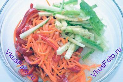 В салатник положить фунчозу и все овощи.