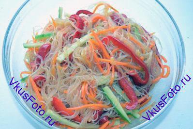 Заправить салат соевым соусом и уксусом. Перемешать и поставить в холодильник на 1-1,5 часа.