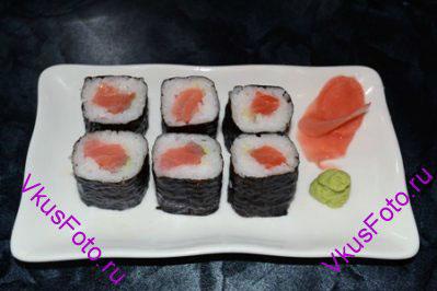 Уложить роллы на подставку для суши. Украсить маринованным имбирем и васаби. Подавать с соевым соусом.