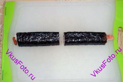 Готовую колбаску разрезать пополам на 2 части.