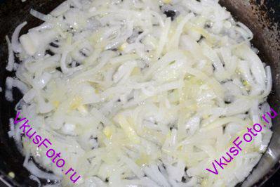 Лук нарезать полукольцами и обжарить в небольшом количестве масла до мягкости.