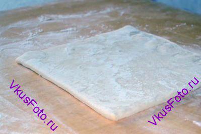 Слоеное тесто раскатать толщиной 4-5 мм.