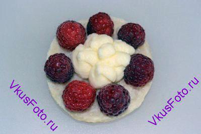 Внутри ягод с помощью кондитерского мешка заполнить кремом.
