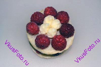 Сверху положить второй кружок и так же расставить ягоды малины и заполнить кремом.