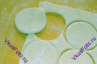 С помощью кондитерского кольца вырезать круги диаметром 7-8 см.