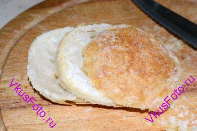 После выпечки слойки полностью охладить. С помощью ножа для овощей разрезать слойки вдоль на 3 части.