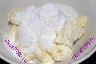 Для крема в миску положить сыр Маскарпоне, сливки и сахарную пудру.