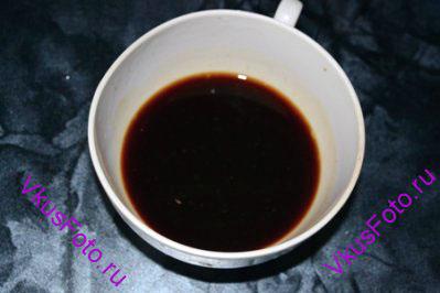 В чашке приготовить соус, смешав соевый соус, сок лимона и сладкий соус чили.