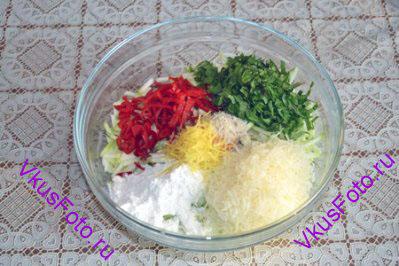 Добавить к кабачку яйцо, тонко нарезанные перец чили, муку, нарезанные листья мяты, натертый на мелкой терке сыр, цедру лимона, белый перец, соль.