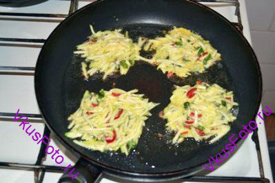 На смазанную маслом сковороду выкладываем кабачки как оладьи. Жарим с одной стороны