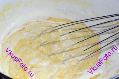 Положить в тесто сметану и взбить венчиком.