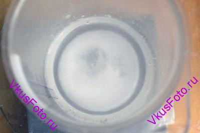В отдельной посуде смешать воду, соль и уксус.