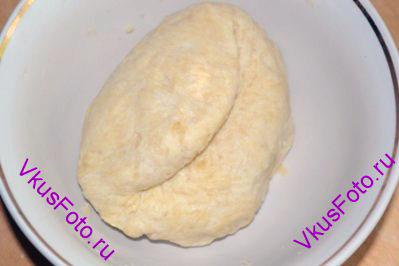 В масляную крошку постепенно вливая воду, замесить тесто. Тесто должно быть не липким, но при этом оставаться мягким. Возможно воды нужно будет меньше.