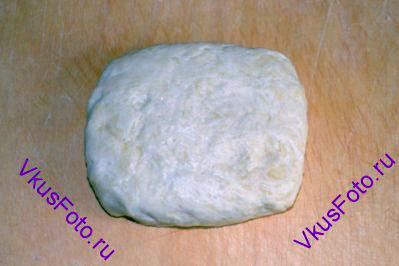 Тесту придать прямоугольную форму, завернуть в пищевую пленку и тоже положить в холодильник на 1,5 часа.