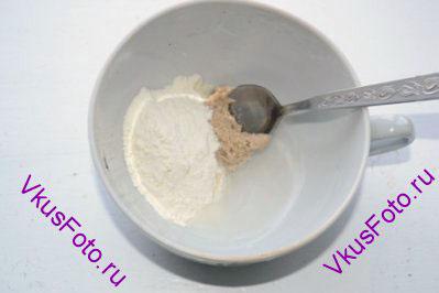 <b>Приготовление пшеничной закваски:</b> В чашке смешать ржаную закваску, пшеничную муку и воду.