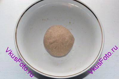 <b>Приготовление гречневой закваски:</b> Перемешать пшеничную закваску, гречневую муку и воду. Скатать колобок, накрыть пищевой пленкой и оставить при комнатной температуре на 10-12 часов.