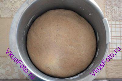 Поставить тесто в теплое место на 3-4 часа, пока тесто не увеличится в два раза.