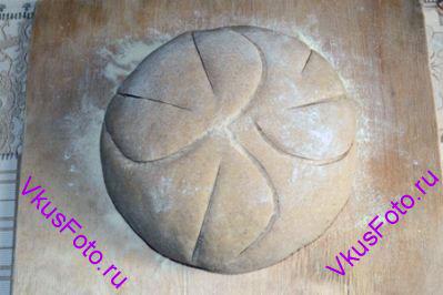 Накрыть хлеб полотенцем и поставить в теплое место на 2-3 часа, пока хлеб не увеличится вдвое. Сделать надрезы.