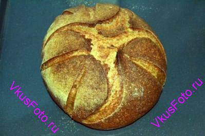 Духовку разогреть до 250 градусов. Открыть дверцу духовки, поставить хлеб и сбрызнуть водой из пульверизатора. Быстро закрыть дверцу духовки. Выпекать хлеб 10 минут при температуре 250 градусов. Затем температуру убавить до 210 градусов и продолжить выпекать еще 20-25 минут.