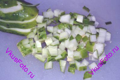Огурцы нарезать небольшими кубиками.