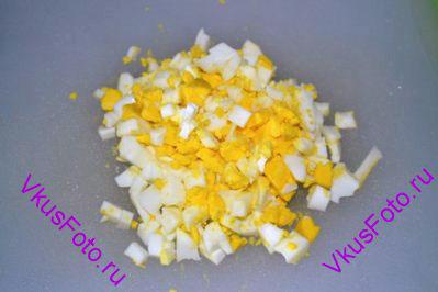 Яйцо сварить и мелко порубить.
