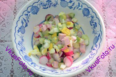 В каждую тарелку положить нарезанные ингредиенты.