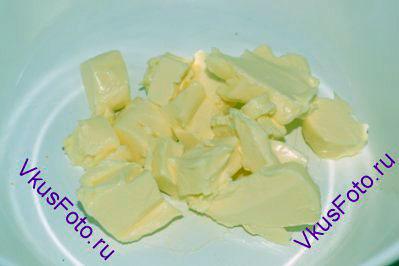 Сливочное масло комнатной температуры порезать на кусочки.