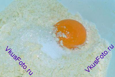Добавить яичный желток, сахар и соль. Влить немного холодной воды и замесить тесто.