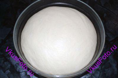 Поставить тесто в теплое место на 1,5 часа или пока тесто не увеличится в 2-3 раза.
