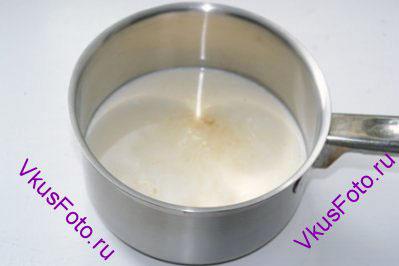 Влить молоко и сливки. Добавить щепотку соли.