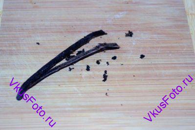 Стручок ванили разрезать вдоль пополам, ножом выскрести семена.