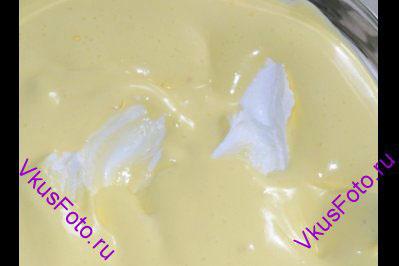 В творог добавить желтковую массу, цедру и сок лимона, разогретый желатин и тщательно перемешать, при этом поворачивать миску против часовой стрелки.