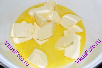 В маленькой кастрюльке растопить сливочное масло и снять с плиты.