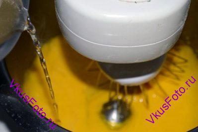 Горячий сироп тонкой струйкой влить к желткам, продолжая интенсивно взбивать.