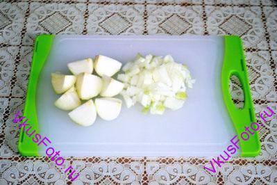 Лук очистить, 2 луковицы порезать на четвертинки, третью порезать мелко.