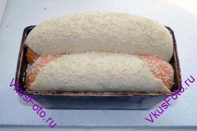 Поставить в теплое место на 1-1,5 часа. Поднявшийся хлеб посыпать кунжутом.