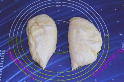 Выложить тесто на доску и разделить на 2 равные части.