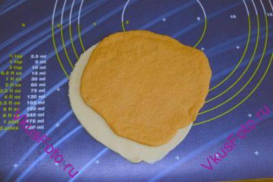 На белую лепешку положить со смещением лепешку с томатной пастой.