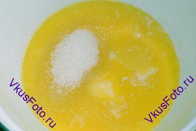 В другой миске растопить сливочное масло и всыпать сахар.