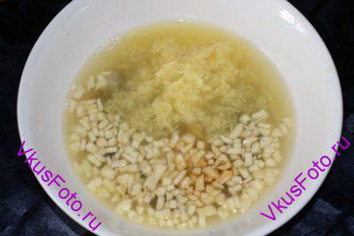 Для приготовления маринада в сок лимонов положить чеснок, имбирь, налить соевый соус.