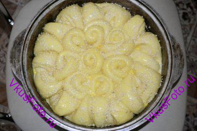 Вверх погачи смазать взбитым желтком с молоком и посыпать кунжутом.
