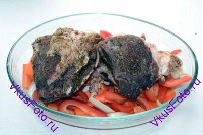 Мясо выложить поверх овощей.
