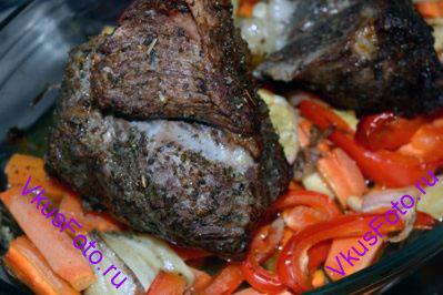 Запекать говядину в духовке 1,5 часа при температуре 180 градусов.