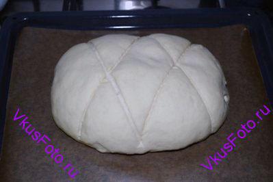 Поставить хлеб в теплое место и снова дождаться когда он увеличится в 2 раза. Сделать надрезы.