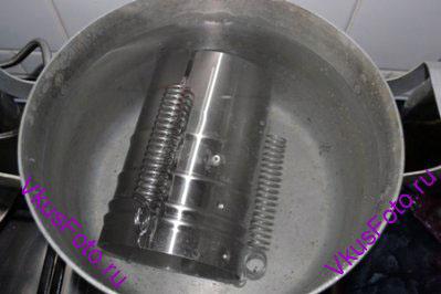 Ветчинницу закрыть и закрепить пружины, как указано в инструкции. Положить ветчинницу в кастрюлю, залить водой и поставить на плиту. Варить ветчину 1,5-2 часа.