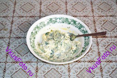 В размягченное сливочное масло добавить измельченные листья розмарина и тимьян. Посолить, поперчить. Все перемешать.