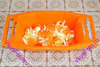 Приготовить овощную смесь. Перемешать целые дольки чеснока, тонко нарезанные морковь, лук и лук-порей.