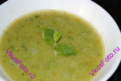 Подавать суп-пюре из зеленого горошка украсив листочками мяты.
