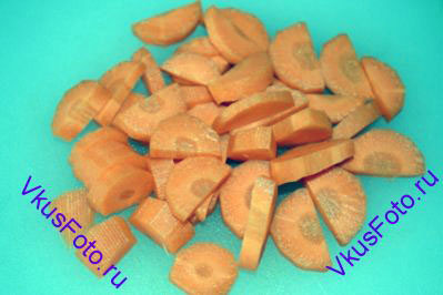 Морковь нарезать крупными брусками.